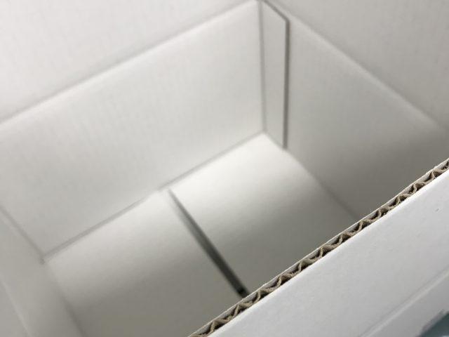 表裏白色のダンボール箱
